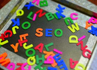 varie lettere sparse e quelle al centro formano la parola SEO