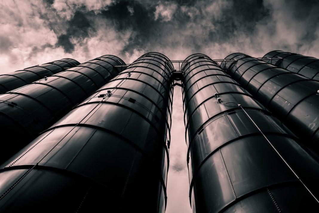 data silos con cielo sullo sfondo