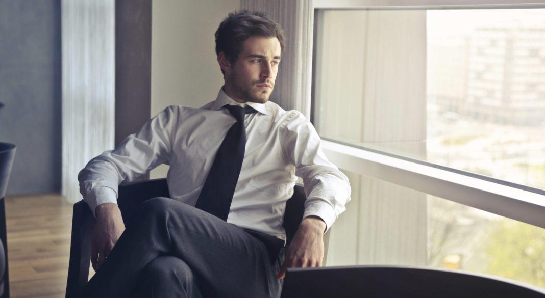 uomo molto bello che guarda dalla finestra stereotipi-maschio-software-genere-tecnologia