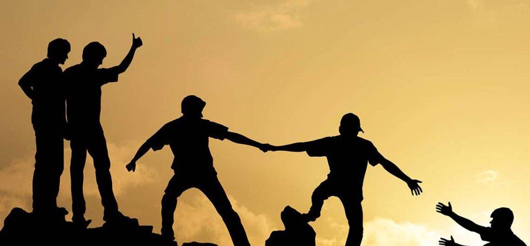 silhouette compiono localizzazione attraverso attivita di team building