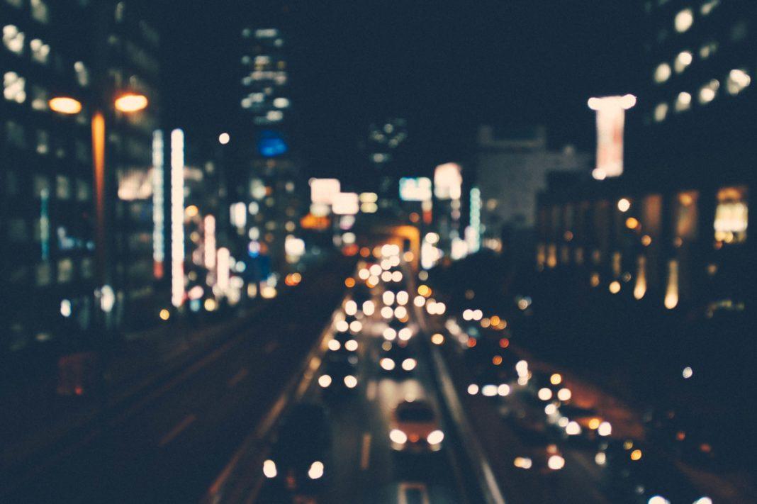 immagine di traffico nella notte