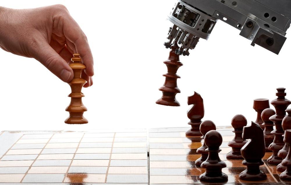 umano gioca a scacchi contro intelligenza artificiale
