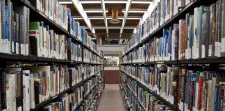 libri in scaffali di una biblioteca