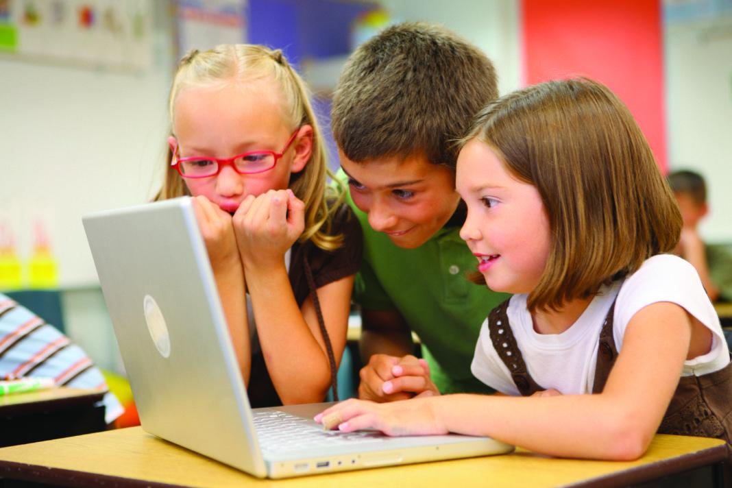 bambini al pc che guardano il monitor stupiti