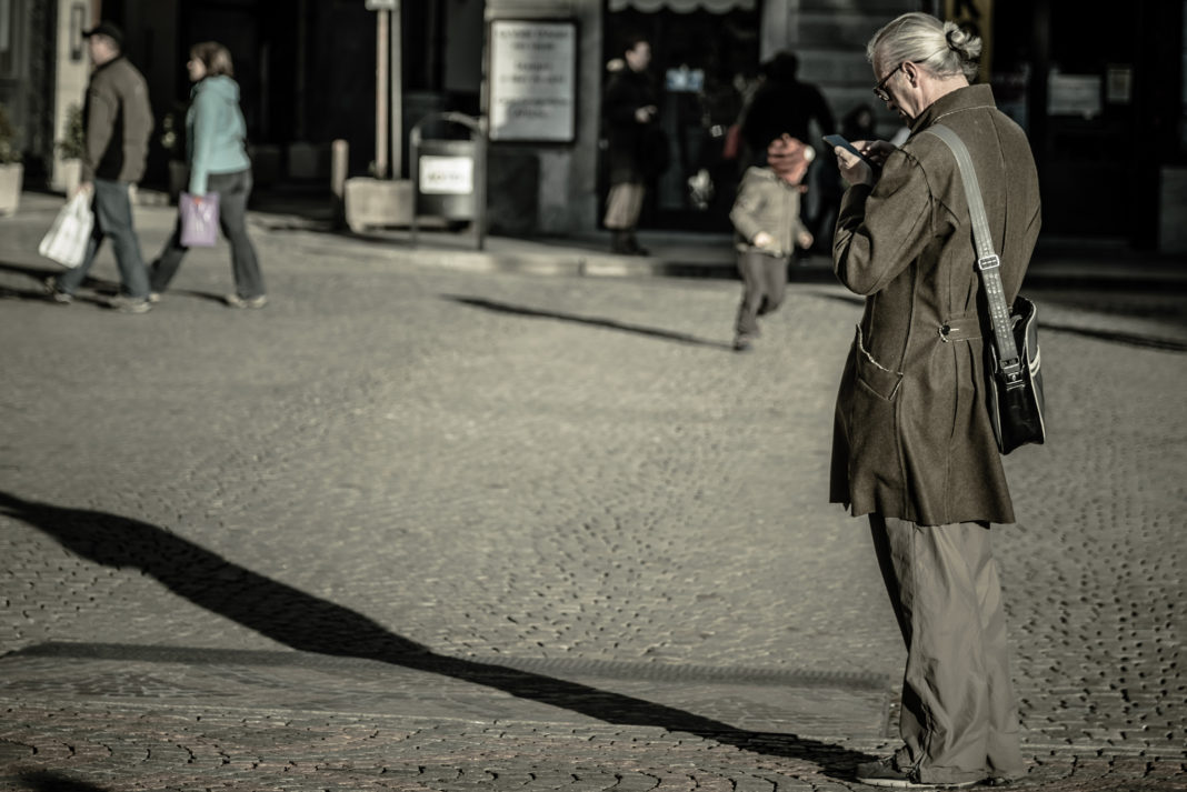 uomo che usa chatbot su smartphone