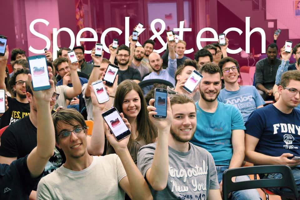 persone con lo smartphone in mano illustrano la smart mobility