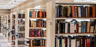 area lettura di una biblioteca con libri