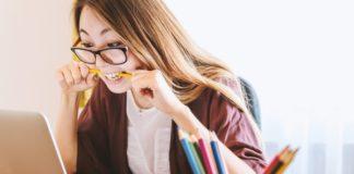 lavoratrice nervosa morde una matita