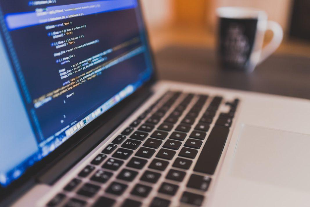 codice sullo schermo di un computer portatile
