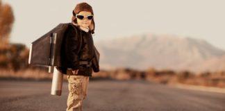 bambino che indossa un jetpack giocattolo
