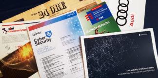 giornali e fogli con scritto sopra cybersecurity