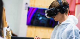 ragazzo che dipinge con gli occhiali per la realtà virtuale