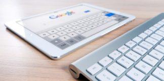 tablet davanti a una tastiera