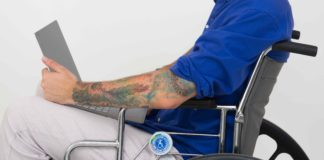 Accessibilità digitale uomo con tatuaggi in sedia a rotelle