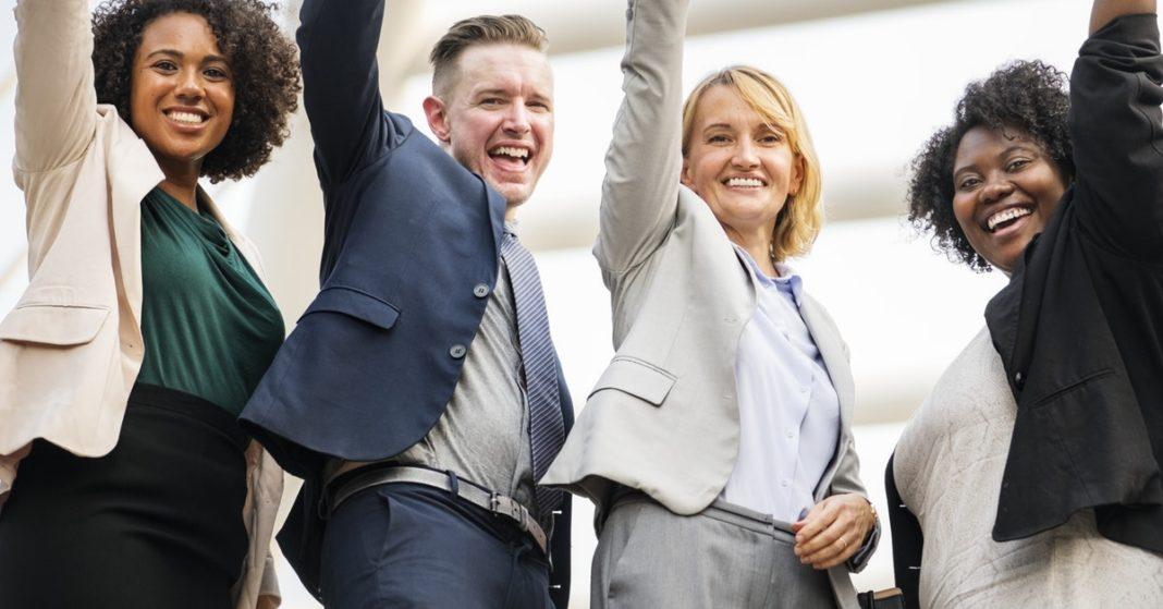 quattro persone felici per la diversità