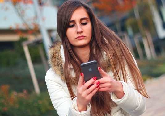 girl-with-smartphone
